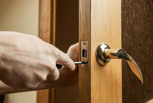 תיקון דלתות עץ על ידי מנעולן