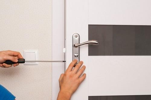 תיקון דלתות אלומיניום על ידי מנעולן